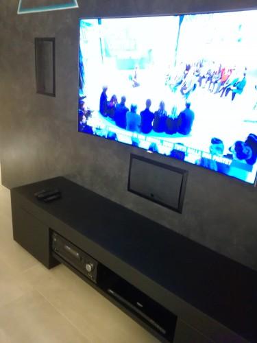 Particolare dei diffusori frontali Elan Phantom, del TV Samsung serie 9000 e del sintoamplificatore Integra serie DRX