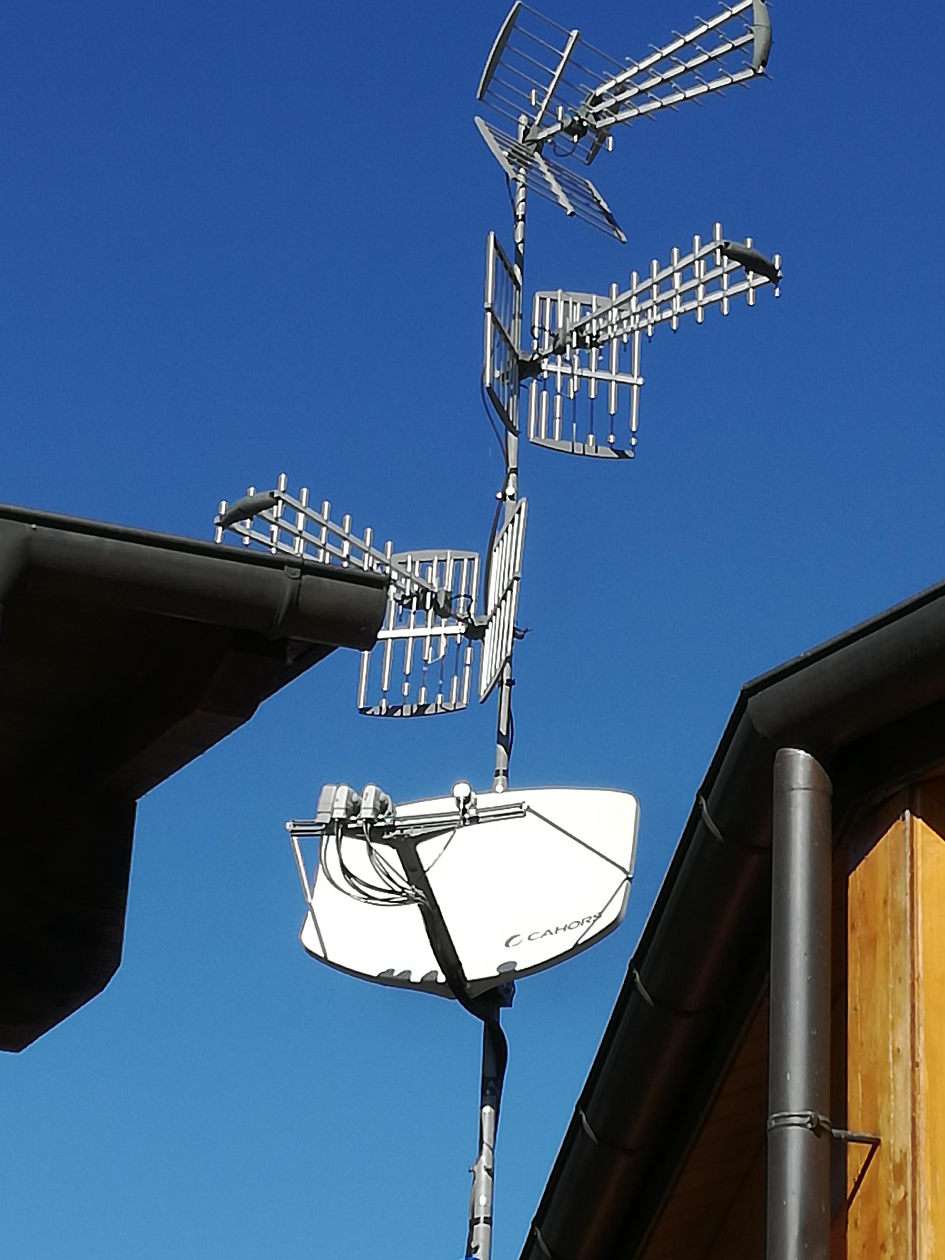 Il traliccio di ricezione TV terrestre e satellite con l'innovativo disco parabolico Cahors